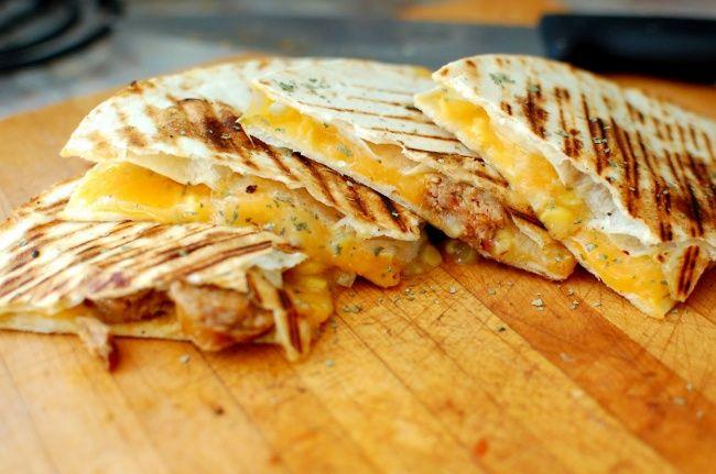 Кесадильяс с сыром и сальсой